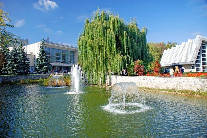 Озеро и водолечебница в центре курорта