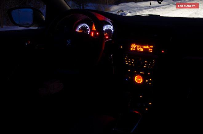 Peugeot 301 салон с включенной подсветкой